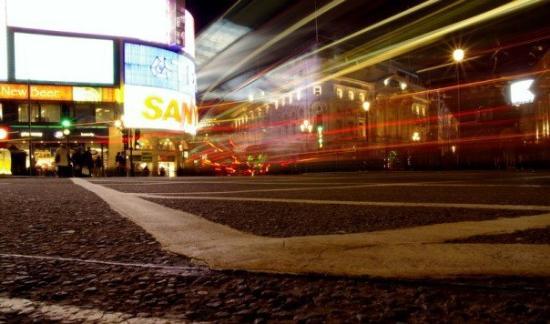 พิคคาดิลลี่เซอร์คัส: Piccadily Circus at Night