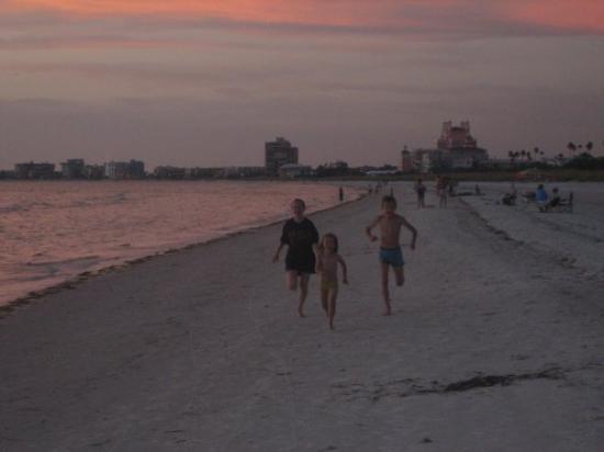 เซนต์พีทบีช, ฟลอริด้า: Carly, Megan and Michael having a race on St Petes beach.