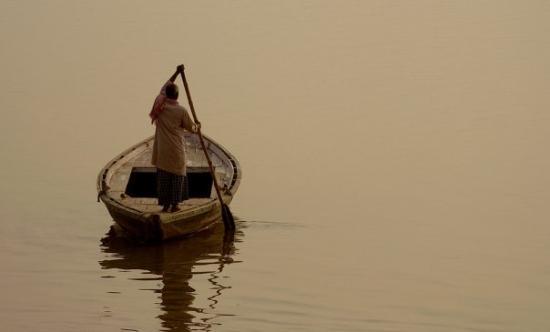 พาราณสี, อินเดีย: boat man