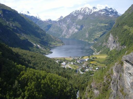 Geiranger og Geirangerfjorden.  Halveis ned fjellet....