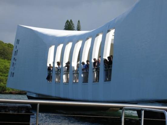 โออาฮู, ฮาวาย: The Peal Harbor Memorial is very cool.  You take a boat out to it and then you stand inside the