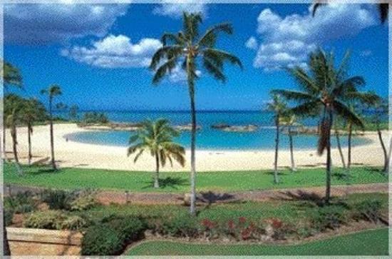 โออาฮู, ฮาวาย: And this is the main lagoon.  These lagoons have a man made reef built into them which helps att