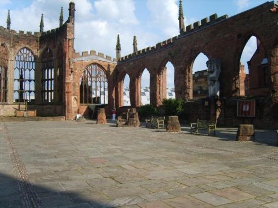 Coventry, UK: katedra be stogo...
