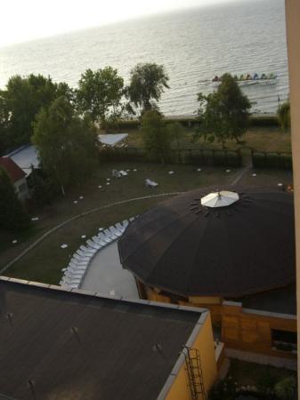 Panorama Hotel: Liegewiese vom Hotel - Blick auf das Poolhaus (des mitn rundn doch)