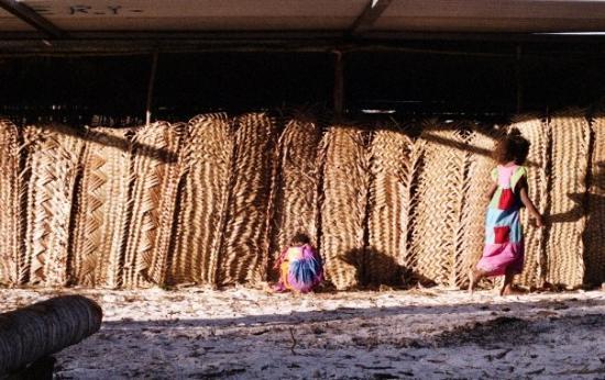 Ouvea, นิวแคลิโดเนีย: Petites filles qui jouent...