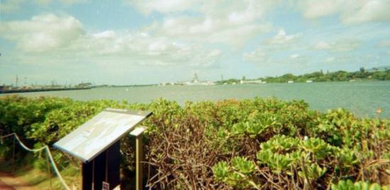 เพิร์ลฮาร์เบอร์: pearl harbor. in the background is a ret.battleship. im not usre which 1 this is.