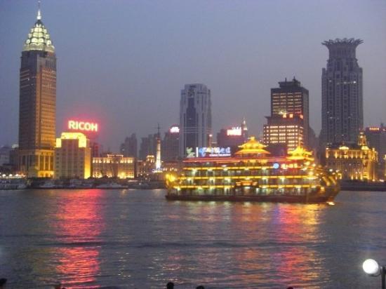 หาดเจ้าพ่อเซี่ยงไฮ้: The Bund from the east bank.