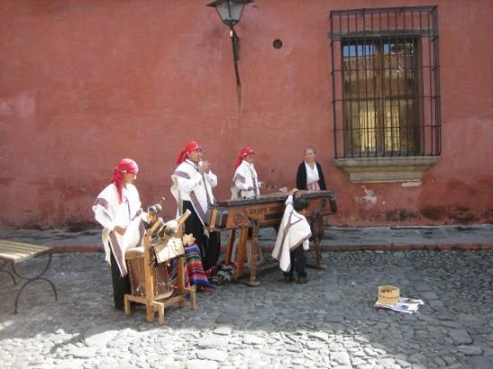 อันตีกวา, กัวเตมาลา: Musicians on the street in Antigua, Guatemala.