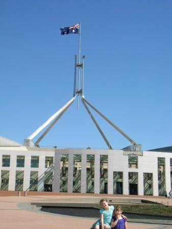 แคนเบอร์รา, ออสเตรเลีย: Charlotte and Chelsea at Parliment House, Canberra