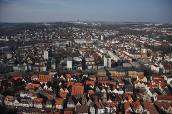 อุลม์, เยอรมนี: La vue de tout en haut! Vue vers le nord avec la vieille ville droit en bas.