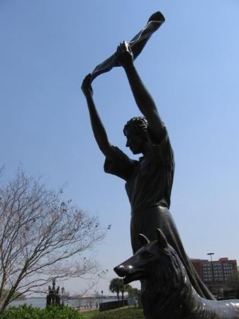 """สะวันนา, จอร์เจีย: """"The Waving Girl"""" statue on the Savannah waterfront"""