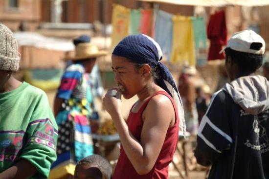 Antsirabe, มาดากัสการ์: Mercat de Betafo mossa menjant canya de sucre