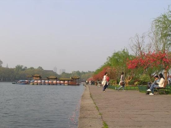 West Lake (Xi Hu): 可以讓你欣賞一日的景色