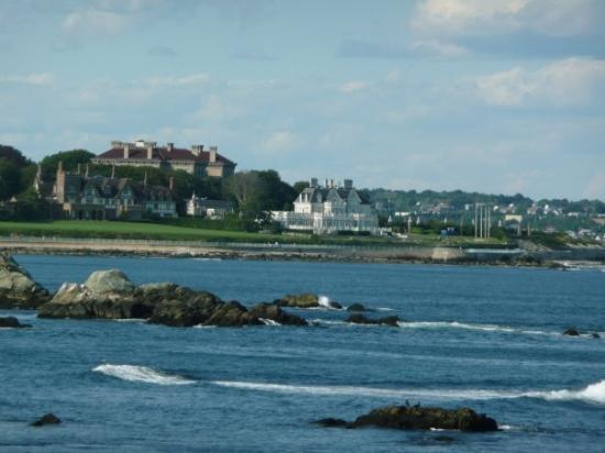 """นิวพอร์ต, โรดไอแลนด์: Aperçu du """"cliff walk"""" (Newport, Rhode Island)."""