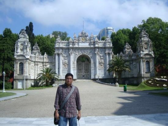 พระราชวังโดลมาบาชเช่: In front of the 'Treasury Gate' of Dolmabahçe Palace