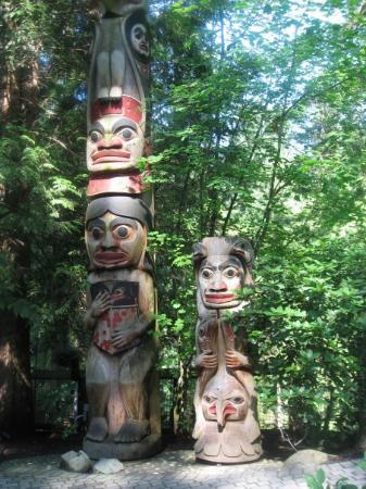อุทยานและสะพานแขวนคาปิลาโน: More Totem Poles...