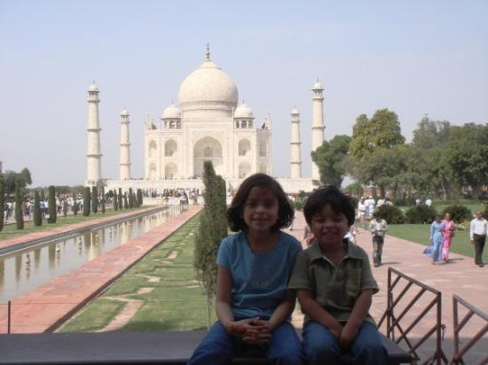 ทัชมาฮาล: In front of the Taj Mahal.
