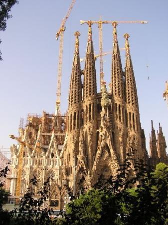 โบสถ์แห่งครอบครัวศักดิ์สิทธิ์: Sagrada Familia Temple, construction began in 1883 and is still under construction. Barcelona, S