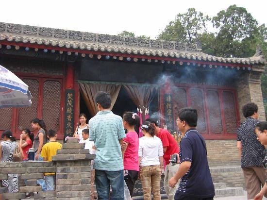 Tomb of Emperor Wudi (Maoling): 礼拝所 病の文字を踏む人の列
