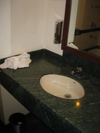 โรงแรมเลมอนทรี ออรังกาบัด: Bathroom sink