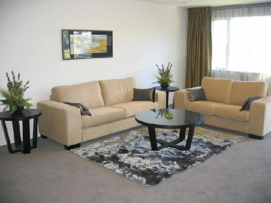 Village Lake Apartments: Our very spacious comfy lounge!