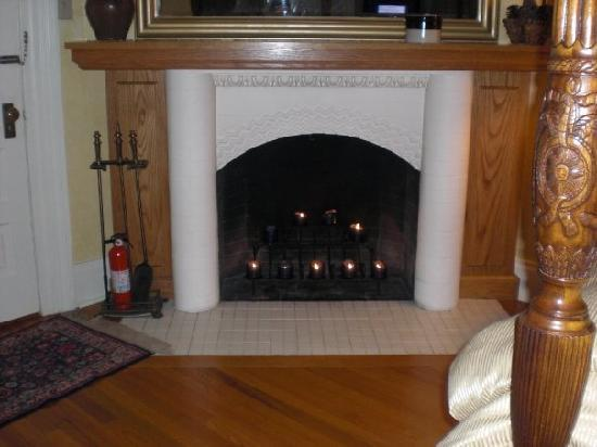 Cornerstone Victorian Bed & Breakfast: Fire place in the Masters chamber