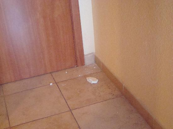 Hotel Best Tenerife: We woke up to find that part of the wall had fallen down!