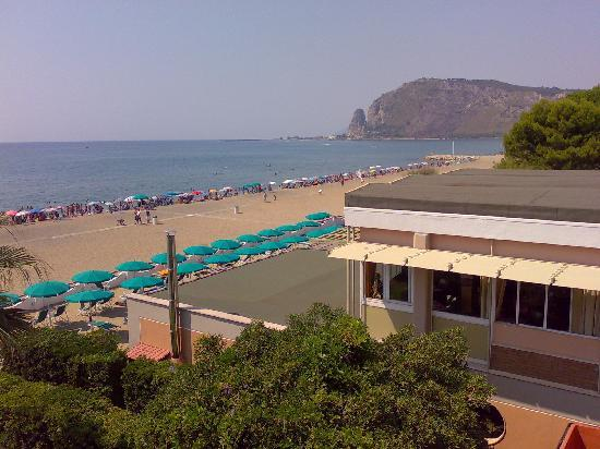 Villa Dei Principi Hotel: Vue de la Plage et Terracina depuis le 3ème étage de l'Hôtel