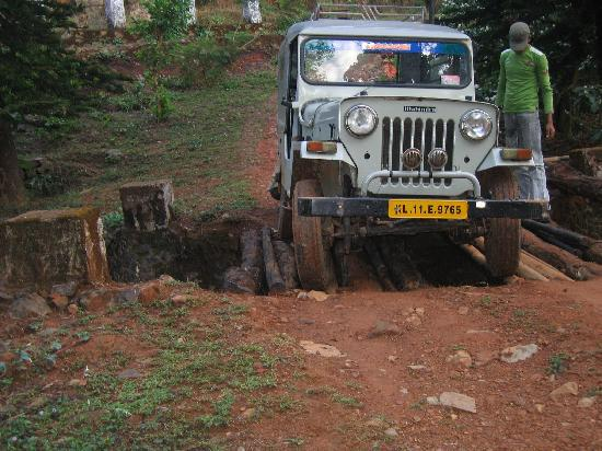 Wayanad District, Indien: the bridge might have to be assembled before crossing  :)