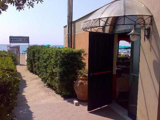 Villa Dei Principi Hotel: Entrance to Public beach from the Hotel