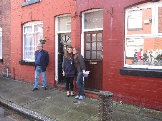 ลิเวอร์พูล, UK: Me and Brittany in front of George Harrison's house!