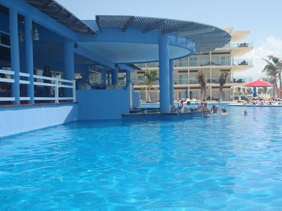 Azul Beach Resort & TUI Sensatori Resort Riviera Cancun: Zavas swim up bar
