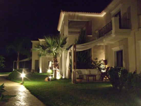 Christy's Beach Villas: the villas by night