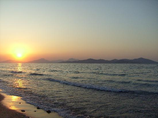 Zorbas Beach Hotel: The sunset from the front of the hotel