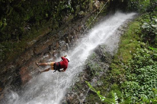Desafio Adventure Company: Rapelling down waterfall