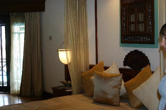 โรงแรมรอยัล ปาล์ม บีช: Lovely room but cusions and throw are taken away after first night!!