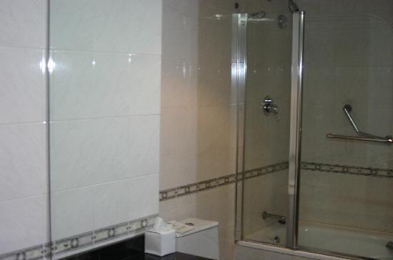โรงแรมรอยัล ปาล์ม บีช: Clean bathroom