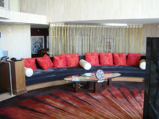 โรงแรมซีซาร์ พาเลส: downstairs sofa