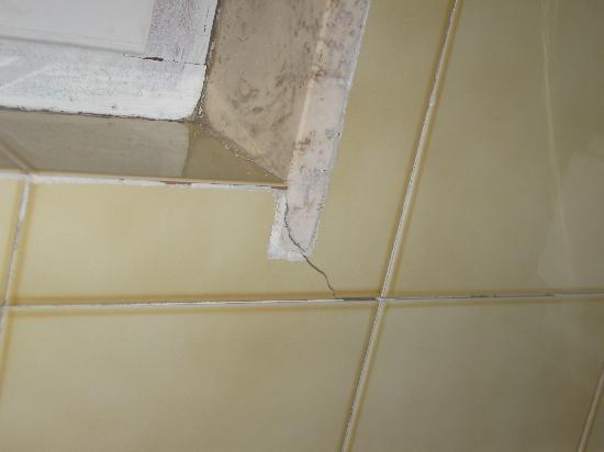 Hotel Frassetto: rivestimento bagno con diverse fessure