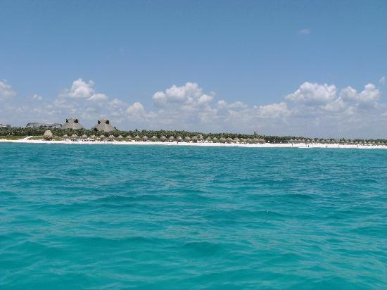 Valentin Imperial Riviera Maya: entire beach area, section off to the right is swimable