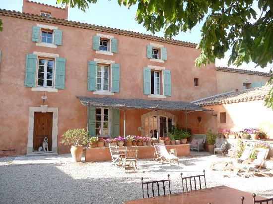 Le Mas Perreal: The courtyard with breakfast area