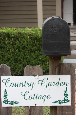 Maison D'Memoire Bed & Breakfast Cottages: Welcome to Country Garden Cottage