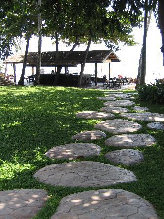 Impiana Resort Chaweng Noi: Chemin pour la plage