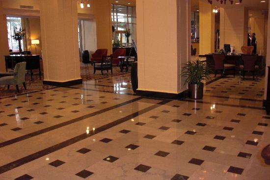 Doubletree by Hilton Detroit Downtown - Fort Shelby: Nice Lobby