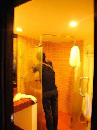 โรงแรมออล ซีซั่นส์ ในหาน ภูเก็ต: Want a warm shower? You may have to get the plumber at All Seasons.