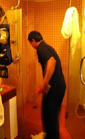 โรงแรมออล ซีซั่นส์ ในหาน ภูเก็ต: If you don't have hot water here, you won't get an apology.