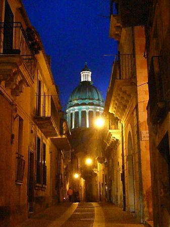 Relais Parco Cavalonga: Ragusa Ibla by night