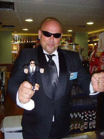 H·TOP Pineda Palace: bar man and mini me