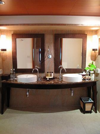 ลยานะ รีสอร์ท แอนด์ สปา: The suites are very spacious...this dressing area was huge
