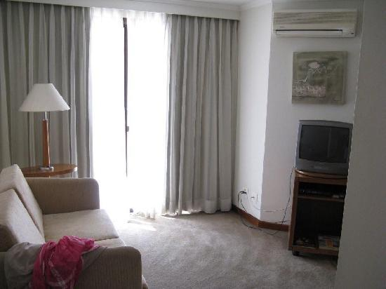 Quality Suites Vila Olimpia: Livingroom and balcony